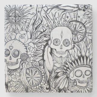 el esqueleto indio nativo del cráneo del tatuaje posavasos de piedra