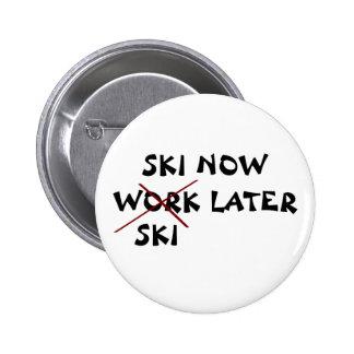 El esquí ahora esquía más adelante pin redondo 5 cm