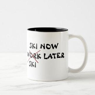 El esquí ahora esquía más adelante taza de café