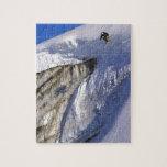 El esquiador que salta de la pared del glaciar en  rompecabeza con fotos