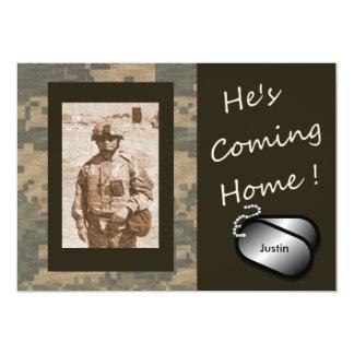 """Él está viniendo los militares caseros a casa invitación 5"""" x 7"""""""