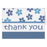 """El estampado de flores azul claro """"le agradece"""" la tarjeta"""