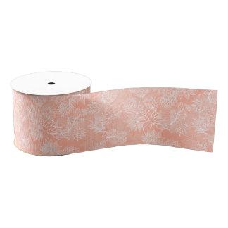El estampado de flores dibujado mano elegante en lazo de tela gruesa