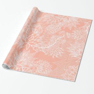 El estampado de flores dibujado mano elegante en papel de regalo