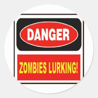 El estar al acecho de los zombis pegatina redonda