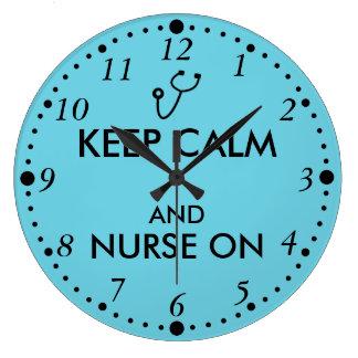 El estetoscopio del regalo de la enfermera guarda reloj redondo grande