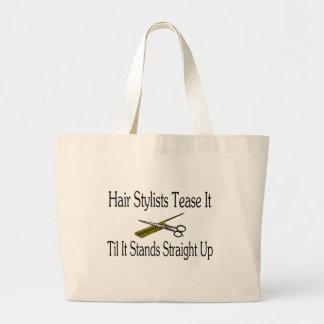 El estilista lo toma el pelo hasta que se coloca d bolsas