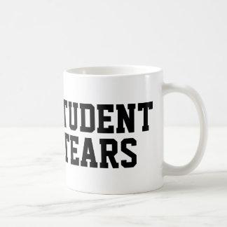 El estudiante rasga la taza de café
