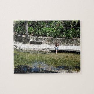 El estudiante refresca pies en la cala de San Luis Puzzle Con Fotos