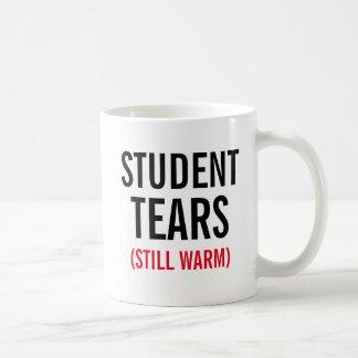 El estudiante todavía rasga caliente taza
