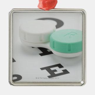 El estudio tiró de la caja de lente de contacto en ornamentos de reyes