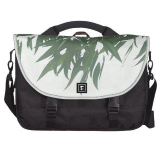 El eucalipto sale del bolso del ordenador portátil bolsas de portatil