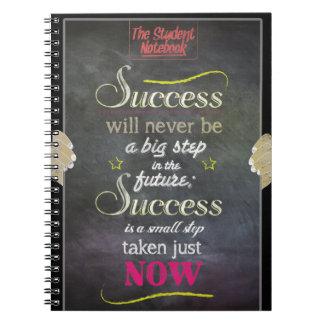 El éxito es ahora el cuaderno tomado pequeño paso