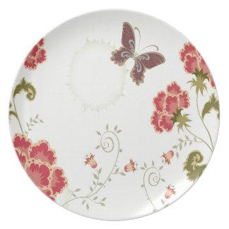 El extracto florece la mariposa blanca del verano plato de cena