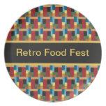 El extracto retro del modelo colorido añade su pro plato de comida