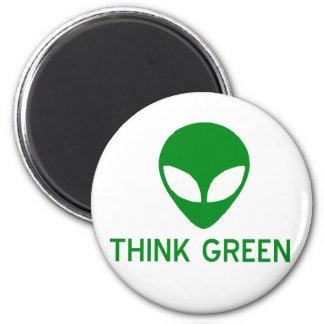 El extranjero piensa el imán verde