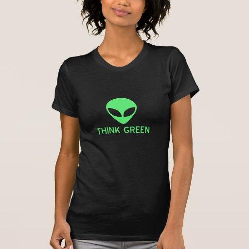El extranjero piensa la camiseta oscura verde