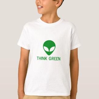 El extranjero piensa la camiseta verde polera