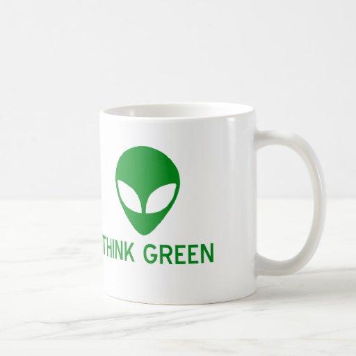 El extranjero piensa la taza verde