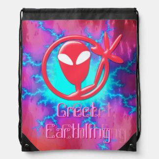 El extranjero rosado femenino del saludo saluda mochilas