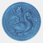 El falso azul de pavo real grabado en relieve fijó pegatina redonda