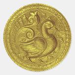 El falso oro grabado en relieve del pavo real fijó pegatina redonda