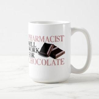 El farmacéutico trabajará para el chocolate taza básica blanca