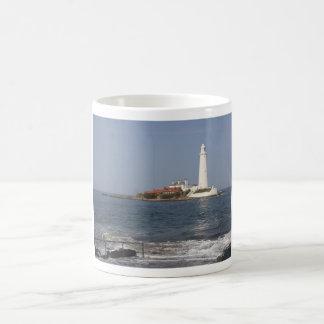 El faro de St Mary, taza de la bahía de Whitley