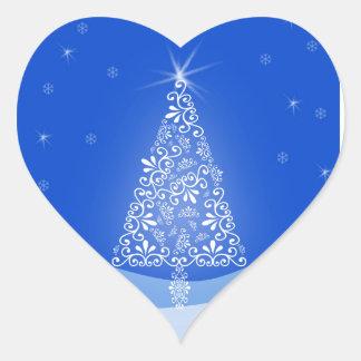 El feliz árbol de navidad blanco azul protagoniza pegatina en forma de corazón