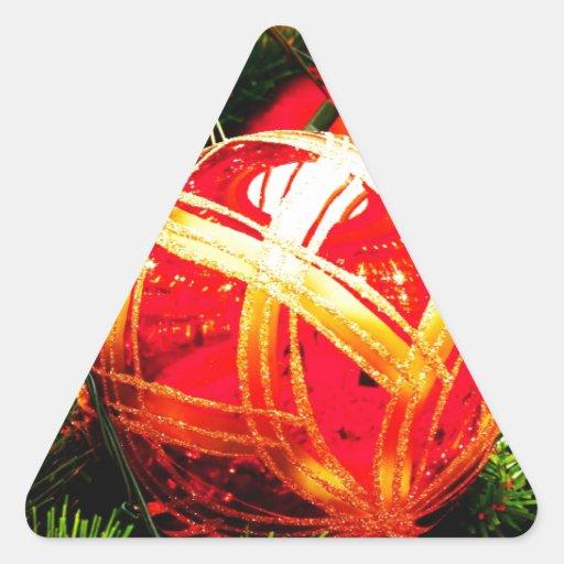 El feliz árbol del día de fiesta del navidad pegatina triangular