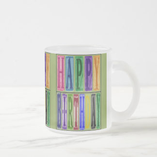 El feliz cumpleaños bloquea la taza del vidrio esm