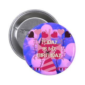 El feliz cumpleaños es hoy mis globos del azul del pin redondo de 2 pulgadas