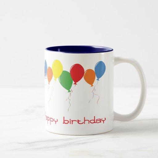 El feliz cumpleaños hincha la taza de café