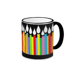 El feliz cumpleaños mira al trasluz la taza