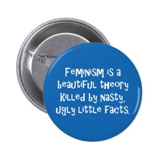 El feminismo es una teoría hermosa matada por… pin redondo 5 cm