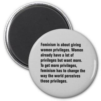 El feminismo está sobre el donante de mujeres imán redondo 5 cm