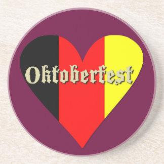 El festival de Oktoberfest en corazón de la bander Posavasos Para Bebidas
