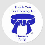 El fiesta azul de la correa de los artes marciales pegatina redonda