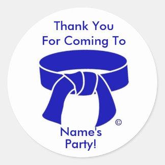 El fiesta azul de la correa de los artes marciales pegatinas redondas
