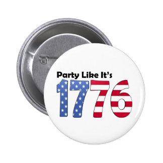 El fiesta como él es la bandera 1776 pin redondo de 2 pulgadas