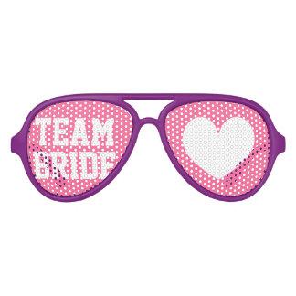 El fiesta de la novia del equipo sombrea apoyos lentes de sol