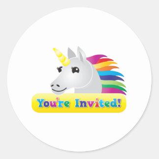 el fiesta del unicornio del arco iris invita en pegatina redonda