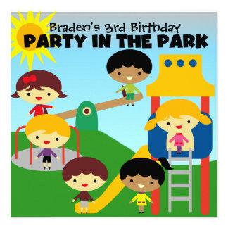 El fiesta rubio del muchacho en el parque invita anuncio personalizado
