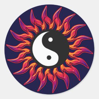 El flamear Yin Yang Sun Pegatina Redonda