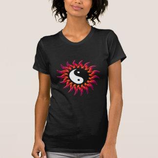 El flamear Yin Yang Sun Camiseta