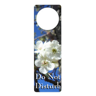 El flor blanco agrupa el peral floreciente de la colgadores para puertas