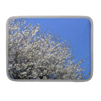 El flor blanco se agrupó en un árbol en un jardín fundas macbook pro