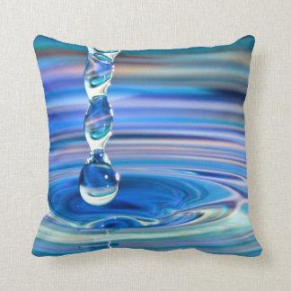 El fluir claro de los descensos del agua azul almohadas