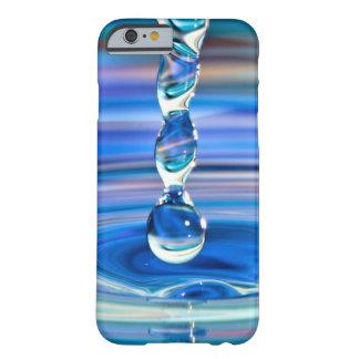El fluir claro de los descensos del agua azul funda de iPhone 6 barely there