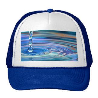 El fluir claro de los descensos del agua azul gorros bordados